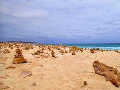 Der #Strandabschnitt an dem das #Schiffswrack #Cabo de #SantaMaria gestrandet ist, ist auch gleichzeitig der Namensgeber des Strandes. Hier strandete die MS Santa Maria am 1. September 1968 und wird seitdem dem #AtlantischenOzean überlassen. Auf dem Bild geht der Blick nach links und zeigt am Horizont den nordwestlichsten Teil von #BoaVista. Ein Großteil des Strandes ist voller aufgetürmter Steine, welche laut Aberglaube Glück versprechen. Beim Anblick kann man sagen so viel Glück auf…