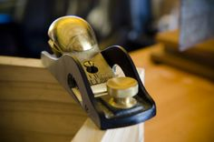 Lie-Nielsen brass low angle rabbet block plane sitting on a dovetail box Woodworking Hand Tools, Woodworking For Kids, Stanley Plane, Plane Tool, Dovetail Box, Wood Plane, Coffee Table Plans, Woodworking Inspiration, How To Antique Wood