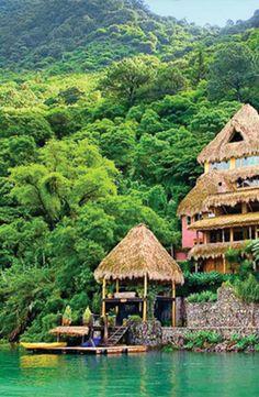 """Lago Atitlán, es un lago en las tierras altas de Guatemala de la cordillera de Sierra Madre.""""Atitlán"""" significa """"en el agua"""" en náhuatl. En este lago, hay muchos eco- palcos que más se ven las aguas beautful. Esto atrae touristso alojarse y explorar el Lago de Atitlán."""