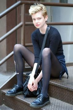 Street Style: Model Stella Maxwell Listens to Phil Collins oh, that pixie haircut… i wish i would have courage to crop my long hair… Looks Street Style, Looks Style, Dr. Martens, Estilo Tomboy, Stella Maxwell, Look Girl, Hipster Grunge, Phil Collins, Black Tights