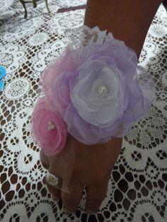 Romántica muñequera con flores...Casamiento...15 Años...Fiestas.