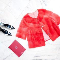💘 Flechazo con esta chaqueta de visón en color rojo pasión...😍 ¡Ideal para el día de los enamorados!! 💘 ¡¡Feliz #sanvalentin!!⠀ #peleteriagabriel #unanuevapiel #vison #mink #fur #furjacket #colorfur  #diadelosenamorados #altapeleteria #hechoamano #fattoamano #peleteria #zaragoza
