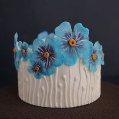No photo description available. Pretty Cakes, Cute Cakes, Beautiful Cakes, Buttercream Cake Designs, Royal Icing Cakes, Cake Decorating Techniques, Cake Decorating Tutorials, Cakes Without Fondant, Frosting Flowers