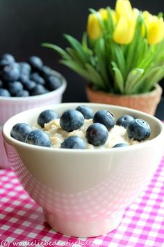 Porridge mit weißer Schokolade und Heidelbeeren