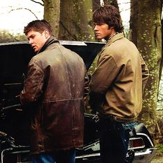 Sam and Dean Winchester Supernatural Series, Supernatural Pictures, Supernatural Seasons, Supernatural Fandom, Supernatural Wallpaper, Dean Winchester, Winchester Brothers, Jensen Ackles, Jared And Jensen