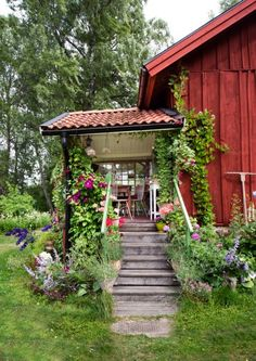 nice Swedish Bohemian Garden There are Swedish moods that we like more than others and this garden by Daphne & Rolf is a perfect example of a pretty bohemian atmosphere. We lo. Swedish Cottage, Red Cottage, Swedish House, Garden Cottage, Home And Garden, Garden Pots, Rustic Cottage, Scandinavian Garden, Pergola