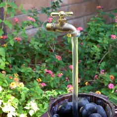 Magic Faucet Fountain In order to have an excellent Modern Garden Decoration, it is helpful to be open to all … Garden Yard Ideas, Garden Crafts, Garden Projects, Garden Art, Garden Design, Art Projects, Diy Water Fountain, Magic Fountain, Diy Garden Fountains
