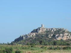 Mittelalterliches Dorf Posada mit engen Gassen welche zu einem Turm auf einem Hügel führen.