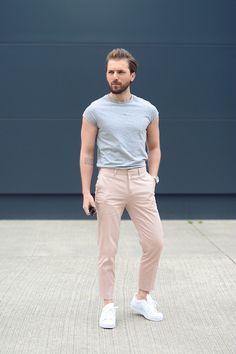 Logra un look con vibra noventera con pantalones caquis cortos, playera por dentro y Adidas totalmente blancos. | 23 Looks ideales para los hombres que no quieren usar zapatos de vestir