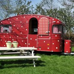 Rood met witte stippen-caravan