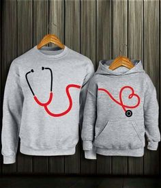 #Novios #estetoscopio ❤ Cute Couple Shirts, Boys T Shirts, Cool Shirts, Friendship T Shirt Design, Unique T Shirt Design, Matching Couple Outfits, Scarf Design, Printed Shirts, Shirt Designs