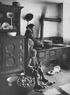 Gottlieb Schäffer Nella ca. Antique Photos, Vintage Pictures, Old Pictures, Old Photos, Victorian Kitchen, Vintage Kitchen, Old Stove, Vintage Housewife, Vintage Room