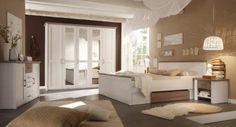 Ein Traum für jeden Landhaus-Fan! Dieses aufeinander abgestimmte Schlafzimmerset in Weiß mit Highlights in Holzoptik verfügt über viel Stauraum und charmante Details.