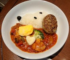 SNOOPY tomato curry ; tomato curry with rice, vegetables, small omelette and hamburger