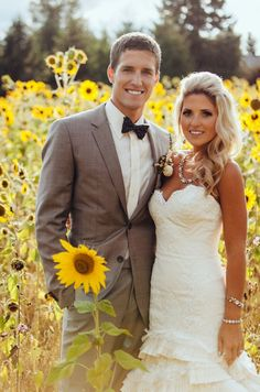 Sunflower field!! Great photo idea and backdrop for a sunflower themed wedding / event.