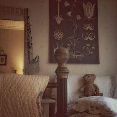 Aamun hämäryys   #aamulla #vanhatalo #makuuhuone #ebbamasalin #kissankello #vintagenalle #toiledejouy
