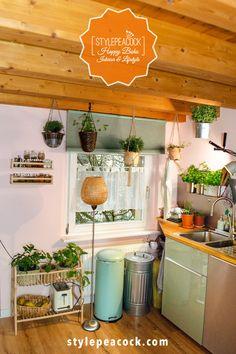 [anzeige] Vintage Kitchen Flair leicht gemacht | MEINE KÜCHE MIT RETRO DESIGN Wie erhält man tolles Retro Ambiente? Es muss nicht immer gleich eine neue Küche sein, um Vintage Kitchen Flair zu erzeugen. Hier kommen tolle Inspirationen für euer Heim! Mit wenigen Details ein neues Ambiente in der Küche zaubern! #vintagekitchen #küche #kitchendesign #homedecor #thepotsdamproject #stylepeacock #vintage #retro #wohnen #einrichten #einrichtungstipps #homeinspo Bohemian Living, Küchen Design, Retro Design, Boho Vintage, Hygge, Mid-century Modern, Planter Pots, Mid Century, Lifestyle Blog