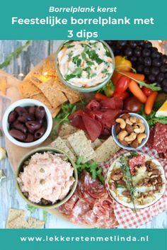 Feestelijke borrelplank met 3 dips. In dit artikel lees je hoe je deze hapjes maakt en ook hoe je een borrelplank kunt samenstellen. Maak deze borrelplank voor een verjaardag, kerst of bij een feestje. Chili Dip, Lunch Snacks, Cobb Salad, Great Recipes, Buffet, Mexican, Cheese, Ethnic Recipes, Dips