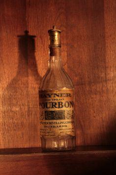 Hayner -  Bourbon com tampa cadeado com segredo, unica conhecida no estilo, final do século XIX incio seculo XX