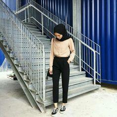 20 New Ideas Style Hijab Chic Simple Modern Hijab Fashion, Street Hijab Fashion, Hijab Fashion Inspiration, Islamic Fashion, Muslim Fashion, Trendy Fashion, Fashion Black, Latest Fashion, Casual Hijab Outfit