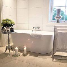 For et flott og lekkert bad!✨ Er du ikke enig? // What a beautiful bathroom! Do you agree?  Badekar fra MegaFlis Credit: @lenes0rensen ✨