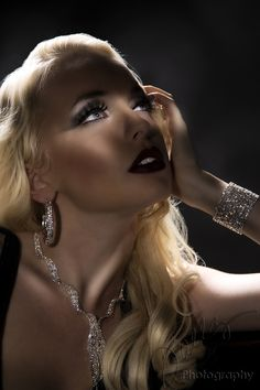 LOVE Old Hollywood Glamour. This pic says so much! The makeup is simply perfect Old Hollywood Style, Old Hollywood Glamour, Hollywood Fashion, Glamour Photography, Portrait Photography, Light Photography, Glamour Hollywoodien, Glamour Ladies, Glamour Shoot