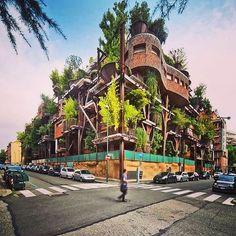 Un palazzo molto particolare che potete ammirare a Torino nel bellissimo scatto di regua48. #eccotorino #la casa degli alberi #torinoèlamiacittà #volgotorino #centrocittà #lovetorino