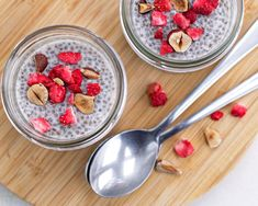 Make this delicious chia vanilla pudding in 5 minutes! Top with your favorite low carb fruit, nuts, SF chocolate or more for a delicious breakfast or snack. Vanilla Pudding Recipes, Oatmeal Recipes, Chocolate Chia Seed Pudding, Chia Pudding, Whole Food Vitamins, Cas, Pumpkin Spice Muffins, Cinnamon Oatmeal, Food Shows