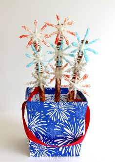 Fourth of July Firework Chocolate Pretzels - These Chocolate Fourth of July Pretzels would certainly spark up your party tables for any patriotic holiday! Fireworks Box, 4th Of July Fireworks, 4th Of July Party, Fourth Of July, 4th Of July Desserts, Blue Desserts, Summer Desserts, Summer Recipes, Holiday Recipes