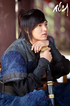 Actor Lee Min Ho taking a rest at 'the Faith' shooting