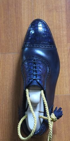 Details of the Aurum model Romulus in Blue crocodile and calfskin.