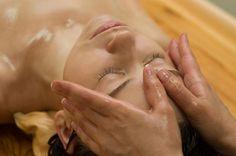 Massage facial aux huiles essentielles / Facial massage with essential oils    https://www.facebook.com/Neobienetre?ref=hl