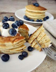 Suaves y esponjosos hot cakes sin gluten y sin lácteos, perfectos para aquellas personas con alergias o intolerancias al trigo, gluten o derivados lácteos.