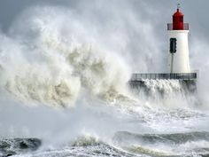 Tempestade e ondas no Farol na França