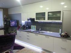 Kuchyňa po strop je veľmi častou požiadavkou kvôli úložnému priestoru.. Flat Screen, Electronics, Blood Plasma, Flatscreen, Dish Display, Consumer Electronics