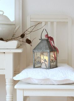must add festive ribbons to the lanterns at Christmas//