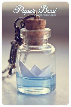 Botella de barco de papel collar. Océano collar de vidrio frasco. Colgante de la botella de vidrio. Lindo collar. Botella miniatura, colgante de barco