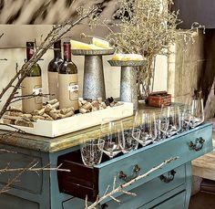 VINHO - Uma cômoda colorida é um lugar muito original para servir queijos e bebidas. A gaveta pode até ser usada como porta-taças. Móvel Ishela, bandeja Doural, pratos com pé de zinco D. Filipa, taças Spicy (maiores) e Le Lis Blanc Casa (menores)