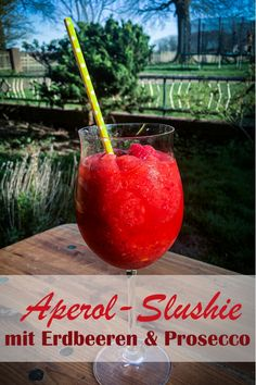 Aperol Slushie, the perfect drink for summer – add and mix frozen strawberries with ice cubes and Aperol and Prosecco in the Thermomix – super refreshment and the perfect drink for the terrace Slushies, Cocktail Drinks, Alcoholic Drinks, Menu, Frozen Strawberries, Gazpacho, Prosecco, Frappuccino, Eating Plans