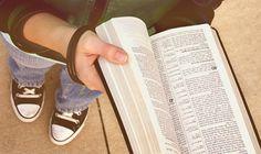 Professora é investigada por incentivar alunos a levarem Bíblia à escola