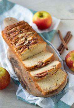 MAKKELIJK recept voor een waanzinnig lekkere appelcake! Deze cake is smeuïg, zacht zoet en extra lekker door de stukjes appel met suiker en kaneel.