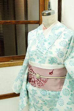 白地にミントグリーンとアクアブルーの清々しい色合いと、絣調の優しいタッチでデザインされた花模様がやわらかに美しい夏着物風の浴衣です。 #kimono