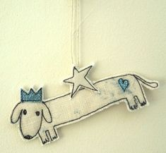 A sewn fabric sausage dog, with a cream star, speckled fabric, a glitter heart and a sewn glitter fabric crown. Sausage dog is a happy doggy, who would complement your Christmas tree or make a unique gift. Free Motion Embroidery, Machine Embroidery Applique, Christmas Makes, Felt Christmas, Funny Christmas, Felt Crafts, Christmas Crafts, Christmas Ornaments, Christmas Ideas