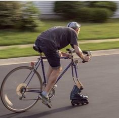 To increase your enjoyment of mountain biking, the right shoe is necessary. A shoe created particularly for the mountain bicycle rider is the way to go. Mountain Bike Shoes, Mountain Biking, Velo Tricycle, Worst Idea Ever, Station Essence, Darwin Awards, Road Bike Women, Fixed Gear, Hilarious Pictures
