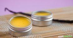 Mit dem folgenden Rezept lässt sich ein biologischer, pflegender Lippenbalsam aus gehaltvollen Zutaten mit einfachsten Mitteln selbst herstellen. Vollgepackt mit wertvollen Inhaltsstoffen wie Vitaminen und ungesättigten Fettsäuren pflegt und schützt er deine Lippen.
