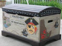 Coffre à jouets Pirate de peintes à la main par MunchkinPlanet
