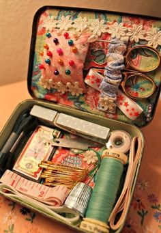 Vintage sewing notions - Sewing Kit neat and organized Sewing Case, Sewing Tools, Sewing Hacks, Sewing Crafts, Sewing Kits, Sewing Tutorials, Sewing Ideas, Dress Tutorials, Dress Sewing