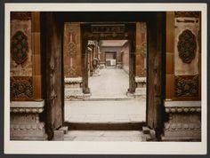 Michel Delaborde, Chine, (enfilade de portes) 1981-1982.  © Ministère de la culture (France), Médiathèque de l'architecture et du patrimoine, Diffusion RMN-GP