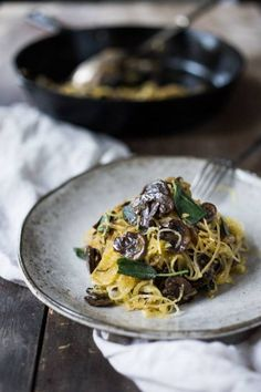 Roasted Spaghetti Squash with mushrooms, garlic and sage- a flavorful side dish, perfect for fall. Keep it vegan or add grated Romano cheese Vegetarian Pasta Recipes, Healthy Low Carb Recipes, Healthy Pastas, Vegan Vegetarian, Vegan Recipes, Fast Recipes, Spaghetti Vongole, Courge Spaghetti, Spaghetti Squash
