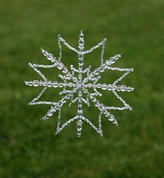 Snowflake Craft, Snowflake Ornaments, Star Ornament, Beaded Ornaments, Christmas Snowflakes, Beaded Snowflake, Beaded Christmas Decorations, Christmas Ornament Crafts, Christmas Centerpieces
